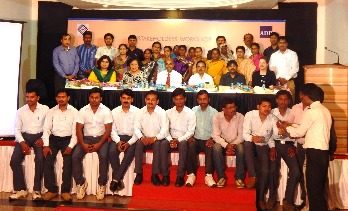Picture of all stakeholders: ADB, Jabalpur DISCOM, HiH, FS-UNEP Centre, the trainers and the business women